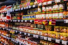 As prateleiras e o shelving com os produtos das bebidas e dos bens no supermercado SPAR fotos de stock royalty free