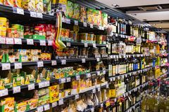 As prateleiras e o shelving com os produtos das bebidas e dos bens no supermercado SPAR imagens de stock royalty free