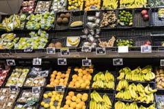 As prateleiras e o shelving com os produtos das bebidas e dos bens no supermercado SPAR foto de stock royalty free