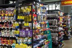 As prateleiras e o shelving com os produtos das bebidas e dos bens no supermercado SPAR fotos de stock