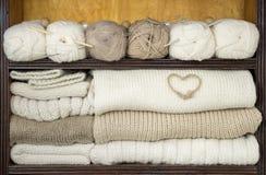 As prateleiras encheram-se por bolas das lãs, agulhas de confecção de malhas, telas de lã, decorações Fotografia de Stock