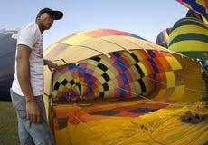 As preensões do grupo abrem o envelope do balão Imagens de Stock