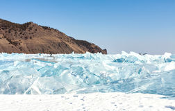 As quebras e o azul de gelo congelam na superfície do Lago Baikal Imagens de Stock Royalty Free
