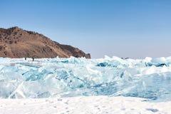 As quebras e o azul de gelo congelam na superfície do Lago Baikal, Sibéria Fotografia de Stock Royalty Free