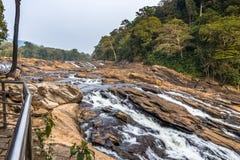 As quedas de Vazhachal são situadas em Athirappilly Panchayath do distrito de Thrissur em Kerala na costa do sudoeste da Índia imagem de stock