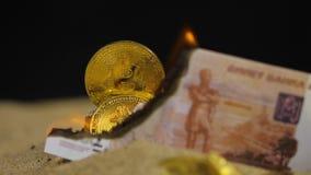 As queimaduras da cédula do rublo abrem a vista no montão das moedas filme