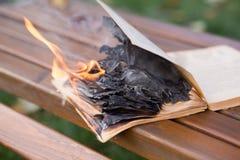 As queimaduras do livro foto de stock