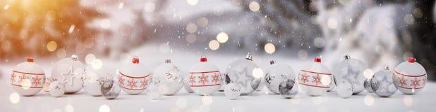 As quinquilharias brancas e vermelhas do Natal alinharam a rendição 3D Foto de Stock Royalty Free