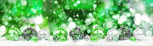 As quinquilharias do verde e do White Christmas alinharam a rendição 3D Imagens de Stock Royalty Free