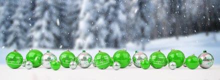 As quinquilharias do verde e do White Christmas alinharam a rendição 3D Fotografia de Stock Royalty Free