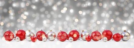 As quinquilharias do vermelho e do White Christmas alinharam a rendição 3D ilustração royalty free