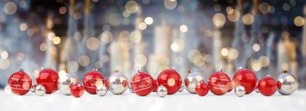As quinquilharias do vermelho e do White Christmas alinharam a rendição 3D ilustração stock