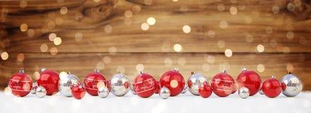 As quinquilharias do vermelho e do White Christmas alinharam a rendição 3D ilustração do vetor