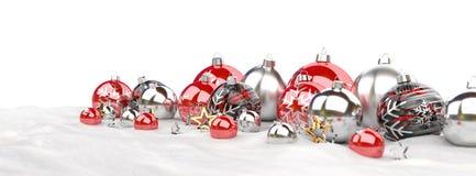 As quinquilharias do vermelho e do White Christmas alinharam a rendição 3D Imagens de Stock Royalty Free