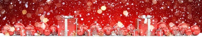As quinquilharias do vermelho e do White Christmas alinharam a rendição 3D Fotos de Stock Royalty Free