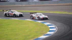 As raças Dual a batalha B-MAX NDDP GT-r GT300 com estrada MOLA GT-r GT de S Fotos de Stock