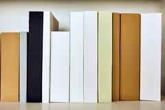 As raizes dos livros estão vazias na prateleira fotos de stock
