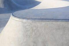 As rampas concretas genéricas do parque do patim centram-se sobre a borda da rampa Imagens de Stock Royalty Free