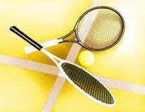 As raquetes de tênis e a bola de tênis são ficadas situadas na perspectiva do campo de tênis Imagem de Stock Royalty Free