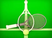 As raquetes de tênis e a bola de tênis são ficadas situadas no campo de tênis Fotos de Stock Royalty Free
