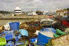As redes de pesca comercial e as caixas plásticas rejeitaram no cais em Warsash na costa sul PF Inglaterra em Hampshire imagens de stock