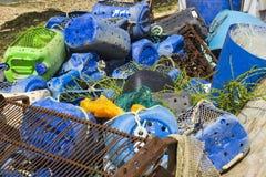 As redes de pesca comercial e as caixas plásticas rejeitaram no cais em Warsash na costa sul PF Inglaterra em Hampshire fotografia de stock royalty free