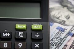 As reduções nos impostos ou reduzem o conceito, tiro ascendente fechado de menos do IMPOSTO/mais b fotos de stock royalty free