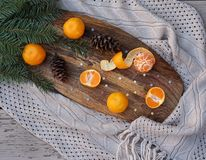 As refeições matinais da árvore de abeto das tangerinas, cones do pinho na cozinha de madeira embarcam no estilo rústico no fundo fotografia de stock royalty free