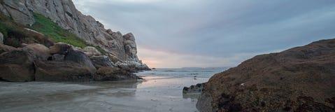 As reflexões crepusculares do por do sol do crepúsculo em Morro balançam na costa central de Califórnia na baía Califórnia EUA de foto de stock royalty free