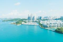 As reflexões na baía de Keppel em Singapura são uma margem luxuosa arrendado de 99 anos residen imagens de stock royalty free