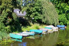 As reflexões dos barcos de canal molham, Naarden, Países Baixos Fotografia de Stock Royalty Free