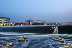 6as represa e ponte da rua em Grand Rapids Imagens de Stock Royalty Free