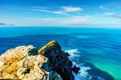 As rochas ásperas e os penhascos íngremes do cabo apontam no cabo da boa reserva natural da esperança foto de stock royalty free