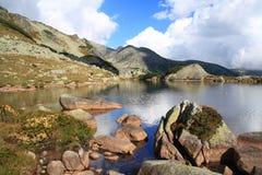 As rochas aproximam o lago Imagens de Stock