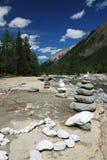 As rochas aproximam o rio da montanha Imagem de Stock