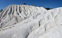 As rochas brancas bonitas no giz abrem os meus moldados, paisagem da pedreira Fotografia de Stock