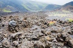 As rochas da lava fecham-se acima na inclinação do vulcão de Etna Imagens de Stock