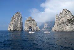 As rochas de Faraglioni com barcos fecham-se perto, Capri, Itália Imagem de Stock Royalty Free