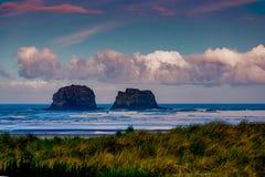 As rochas de Rockaway na costa de Oregon foto de stock