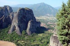 As rochas de St Meteora na parte central de Grécia 06 18 2014 Paisagem da natureza montanhosa, dos pagamentos e do religioso Foto de Stock Royalty Free