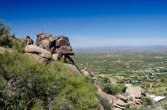 As rochas do granito no pico do pináculo arrastam sobre o vale feliz Imagens de Stock