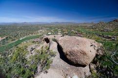 As rochas do granito no pico do pináculo arrastam sobre o vale feliz Foto de Stock