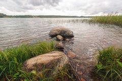 As rochas grandes do fundo no lago suportam na água fotografia de stock royalty free