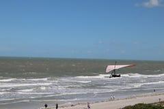 AS ROCHAS INDIANAS ENCALHAM, FL - 22 DE ABRIL DE 2019: pendure o planador na praia imagem de stock