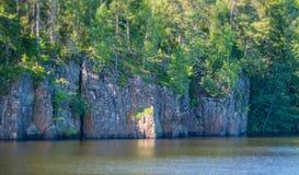 As rochas litorais com floresta banharam-se no sol Inclinar-desloc o efeito Fotografia de Stock Royalty Free