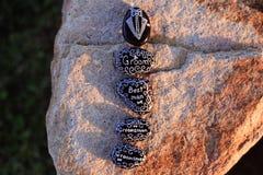 As rochas pintadas que indicam o noivo, o melhor homem, o Groomsman, e o ` EU FAÇO, e um tux Foto de Stock