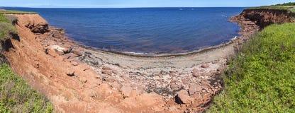 As rochas vermelhas em Cavendish encalham Pano & x28; Longer& x29; , Príncipe Edward Island foto de stock royalty free