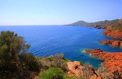As rochas vermelhas mediterrâneas de Esterel costeiam, praia e mar imagem de stock