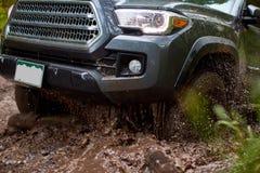 As rodas de giro de uma roda 4 conduzem o carro na lama fotos de stock