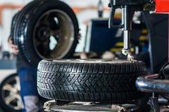 As rodas de mudanças do mecânico a um carro moderno fotos de stock royalty free